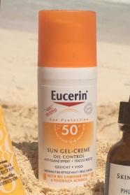 Eucerin Sun Gel-Creme Oil Control LSF 50+ bietet sehr hohen UV-Schutz mit Anti-Glanz Effekt. Der Teint wird langanhaltend mattiert und Hautglanz mit sofortiger Wirkung verhindert. Ultraleichte Texturen lassen ein wohltuendes Hautgefühl entstehen. Nicht komedogen. Unparfümiert. Die innovative Formel sorgt für hochwirksamen Sofortschutz vor UV-bedingten Schäden - in den oberen und unteren Hautschichten.